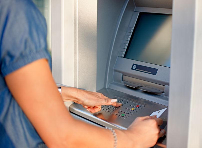 Átlagosan mennyibe kerül a bankkártyás készpénzfelvétel?