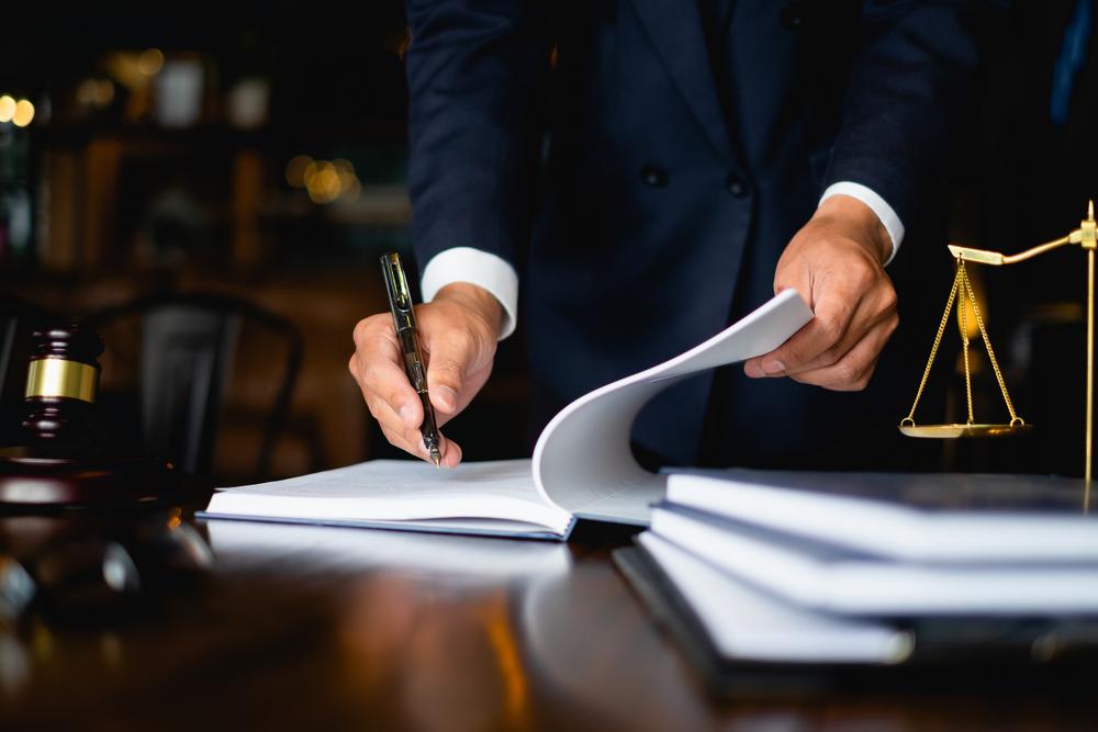 Közjegyzőhöz, vagy ügyvédhez forduljunk ingatlanvásárlás esetén?
