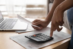 Milyen költségek merülnek fel a támogatott lakásfelújítási hitelnél?